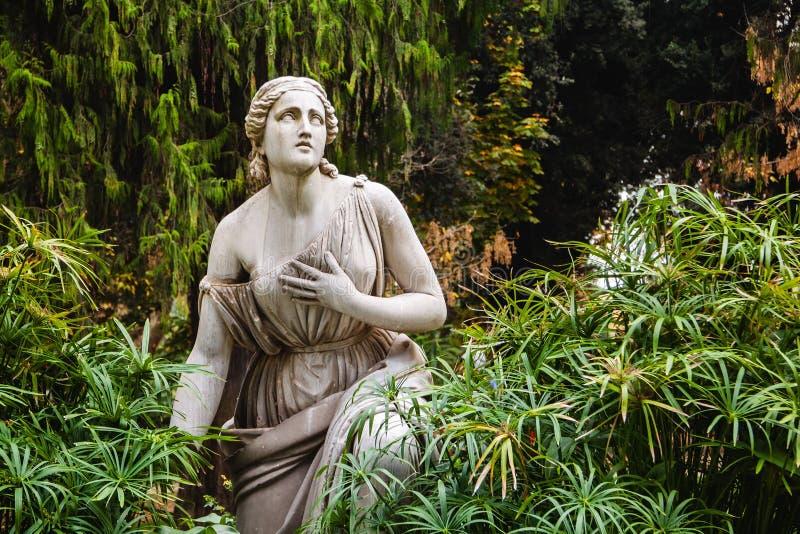 Staty av kvinnan i villaBorghese trädgårdar italy rome royaltyfri bild