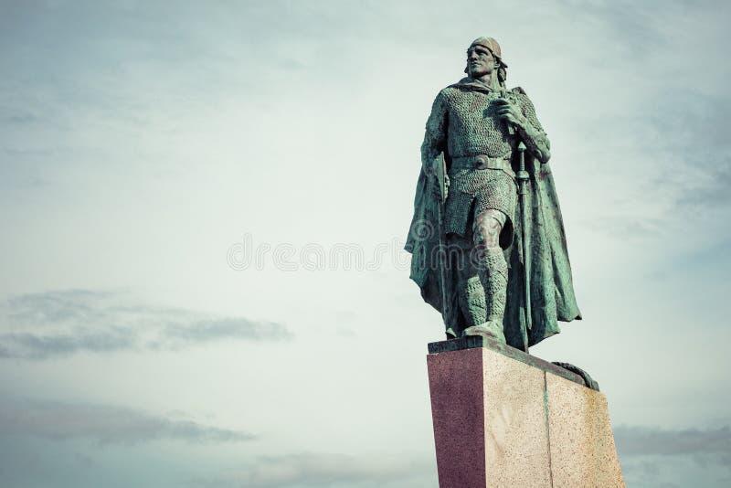Staty av Leifur Eiriksson framme av den Hallgrimskirkja domkyrkan i Reykjavik, Island arkivfoton