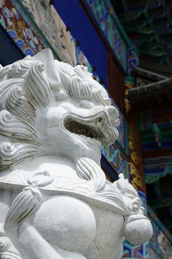 Staty av lejonet i kinesisk tempel royaltyfria bilder