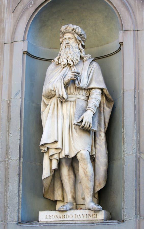 Staty av Leonardo da Vinci i den Uffizi kolonnaden, Florence arkivfoton