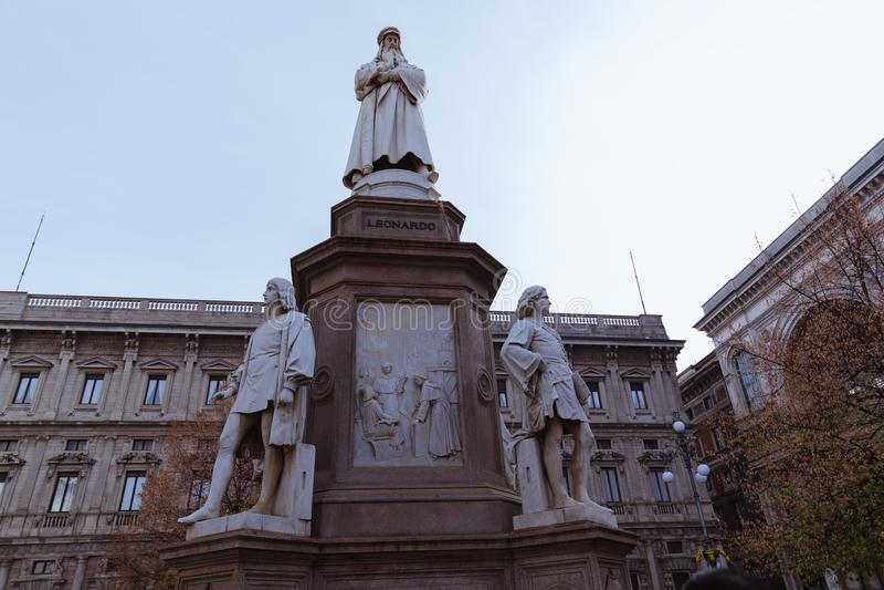 Staty av Leonardo Da Vinci i piazzadellaen Scala, Milan, Italien royaltyfria foton