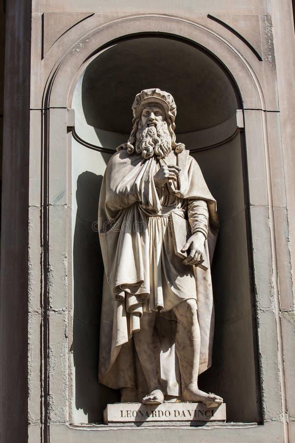 Staty av Leonardo Da Vinci på borggården av det Uffizi gallerit i Florence arkivbilder