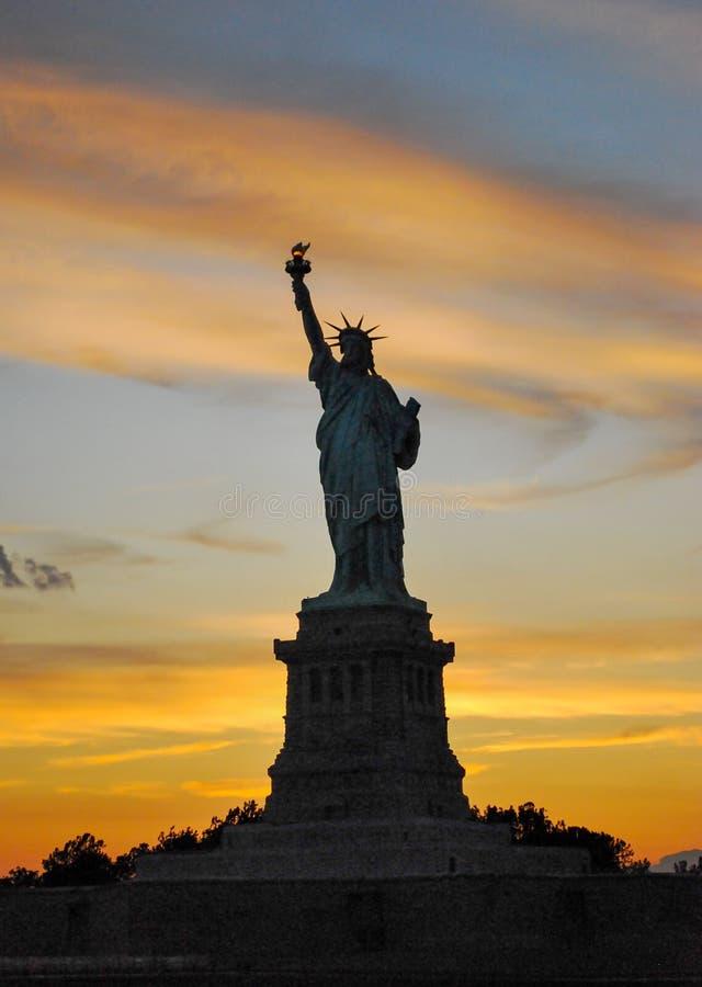 Staty av Liberty Against Stunning Backdrop royaltyfri foto