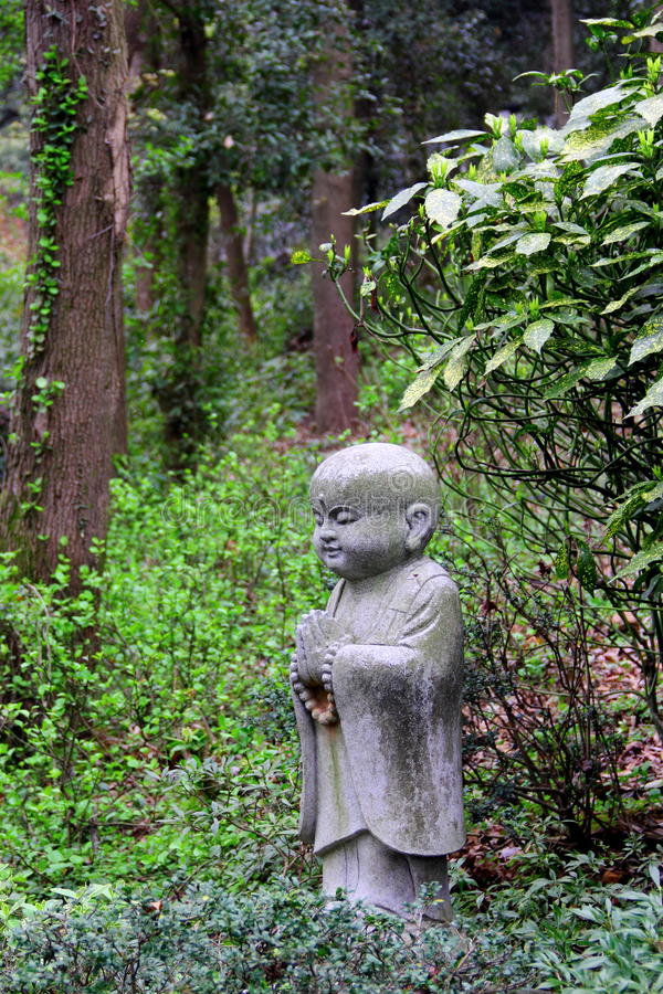 Staty av lite munken arkivfoto