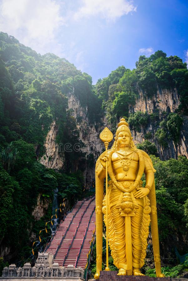 Staty av Lord Muragan och ingången på Batu grottor i Kuala Lumpu royaltyfri bild