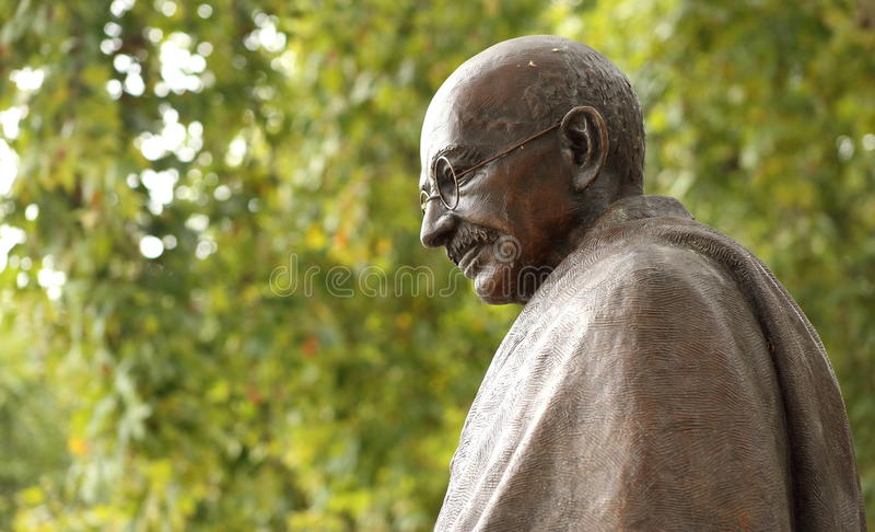 Staty av Mahatma Gandhi i London, parlamentfyrkant fotografering för bildbyråer