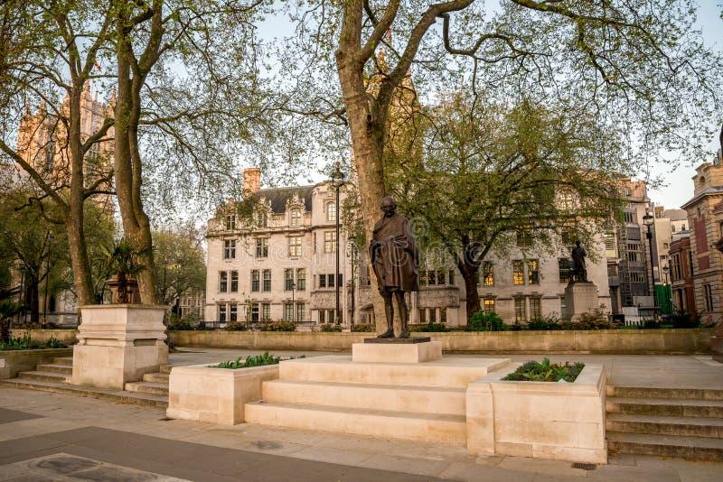 Staty av Mahatma Gandhi i parlamentfyrkanten, Westminster royaltyfria foton