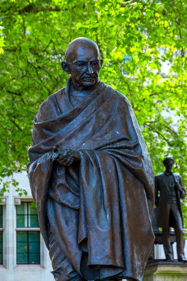 Staty av Mahatma Gandhi på Parliament Square i London, UK royaltyfria bilder