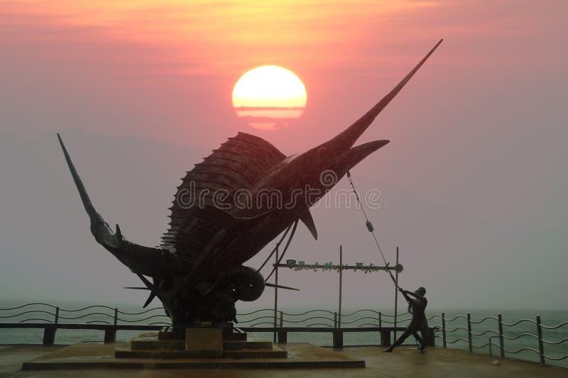 Staty av Marlin Fish gränsmärken på stranden för Ao Nang arkivbild