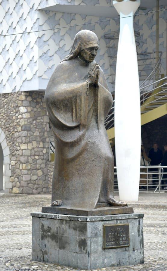 Staty av Mother Teresa i Skopje, Makedonien arkivbild