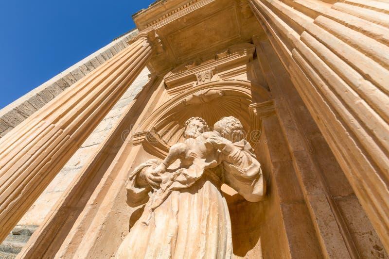 Staty av munken med barnet i Penaranda de Duero fotografering för bildbyråer