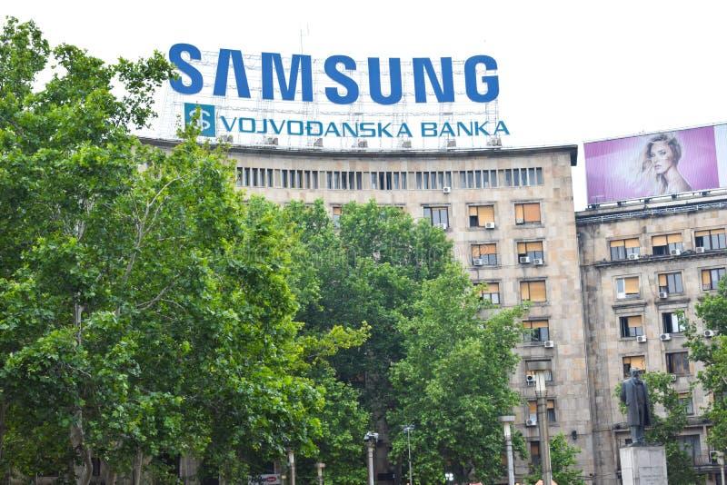 Staty av Nikola Pasic Contrast With Samsung som annonserar på byggande av Belgrade arkivfoto