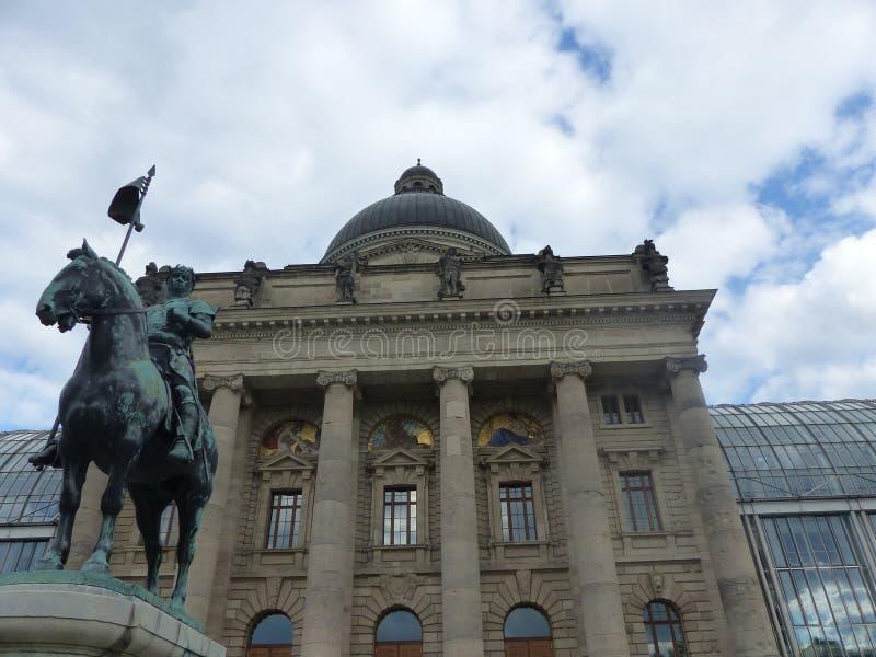 Staty av Ottone I framme av kanslit av Bayern Munich Tyskland arkivfoto