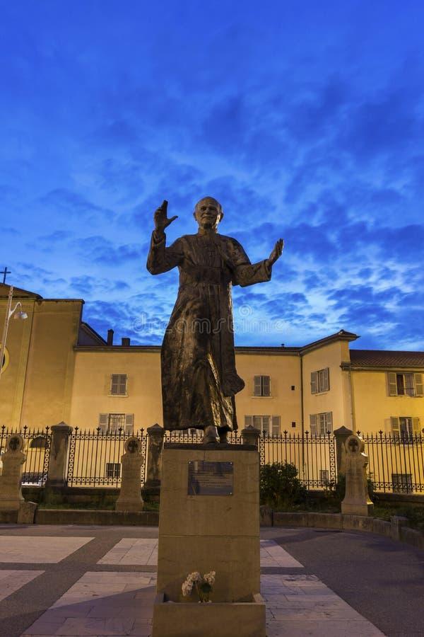 Staty av påven John Paul II nära basilikan av Notre-Dame de F arkivfoton