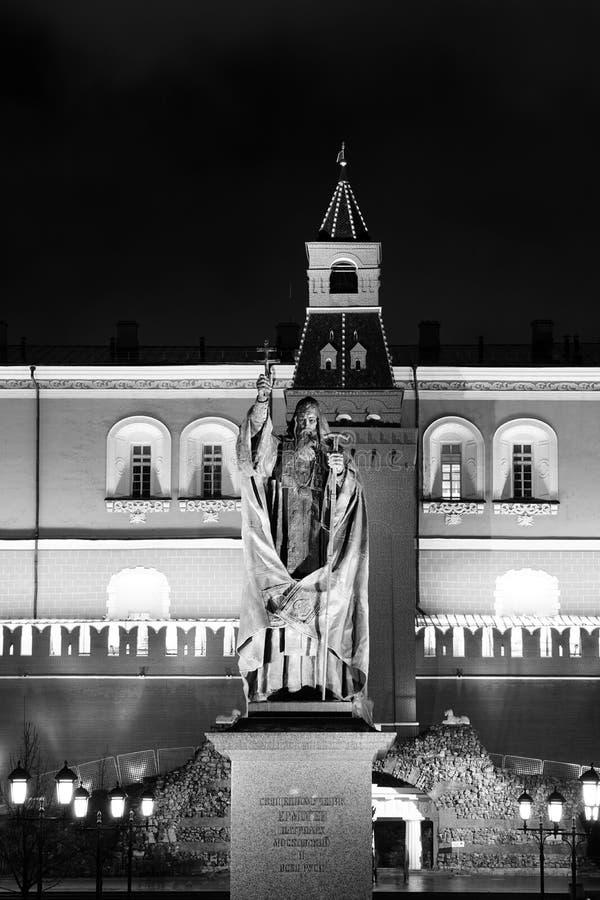 Staty av patriarken Hermogenes i den Alexander trädgården royaltyfria bilder