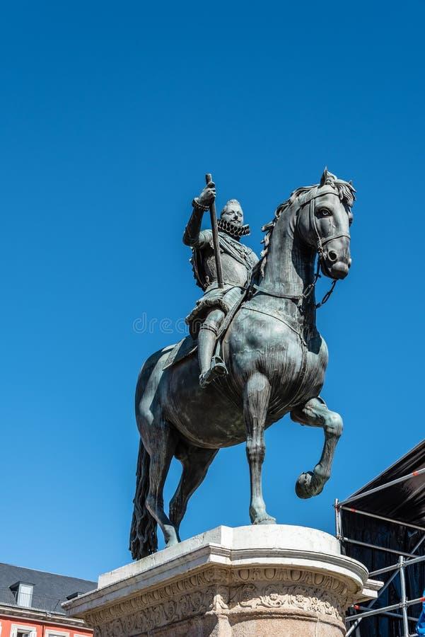 Staty av Philip III i Plazaborgmästare i Madrid royaltyfria bilder