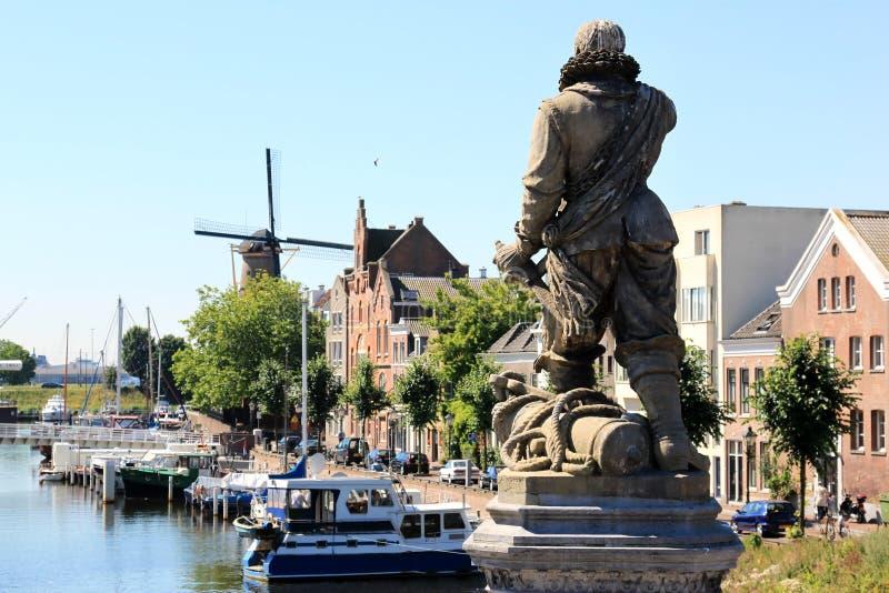 Staty av Piet Heyn i Delfshaven, Nederländerna arkivbilder