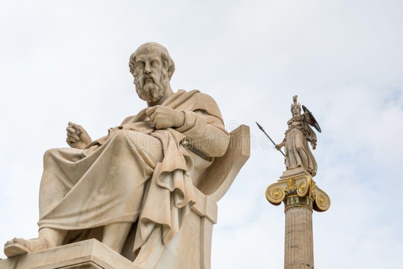 Staty av Plato och gudinna Athena mot molnig himmel, Aten, Grekland royaltyfri fotografi