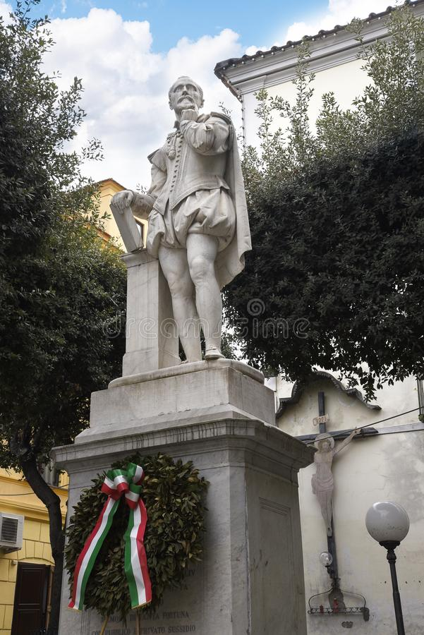 Staty av poeten Torquato Tasso av den gamla staden av Sorrento Italien royaltyfri foto