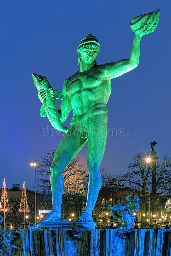 Staty av Poseidon i Göteborg i aftonen arkivbilder