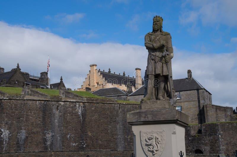 Staty av Robert Brucen framme av Stirling Castle, Skottland arkivbild