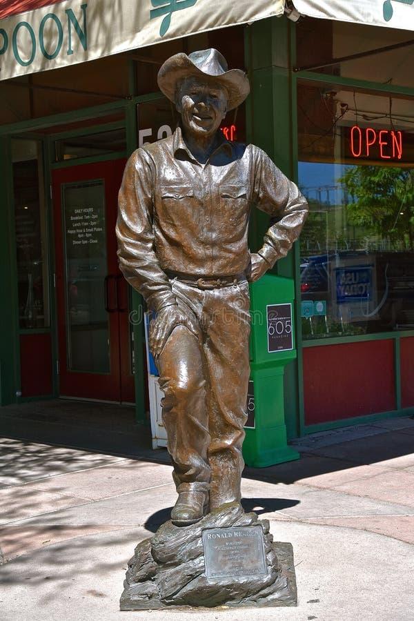 Staty av Ronald Reagan den i stadens centrum snabba staden arkivbilder