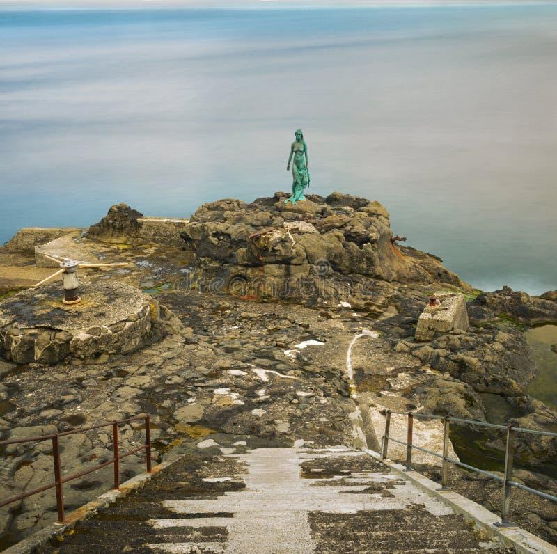 Staty av Selkie eller skyddsremsafru i Mikladalur, Faroe Island royaltyfri fotografi