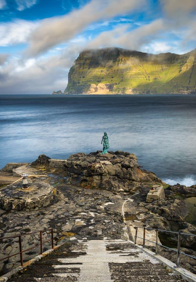 Staty av Selkie eller skyddsremsafru i Mikladalur, Faroe Island royaltyfria foton