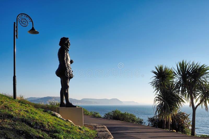 Staty av Sir George Somers At Lyme Regis royaltyfria bilder