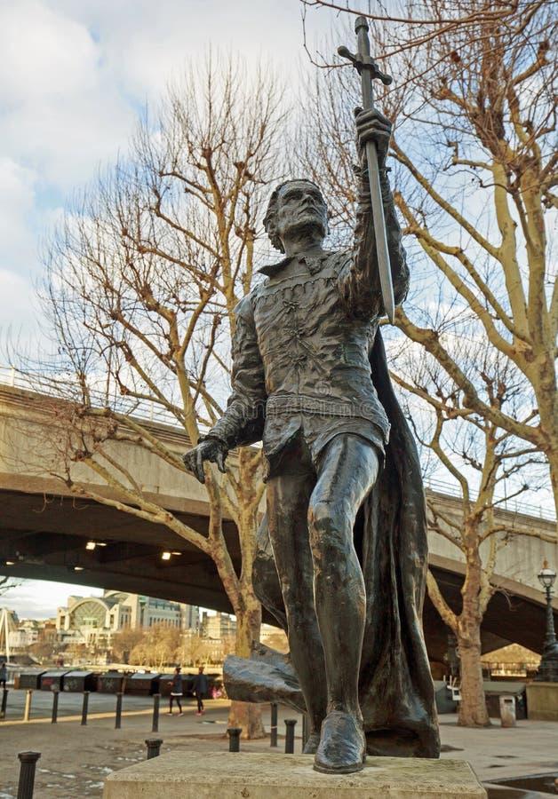 Staty av Sir Laurence Olivier som beskriver Hamlet och lokaliseras utanför den nationella teatern i London, UK, 2018 arkivfoto
