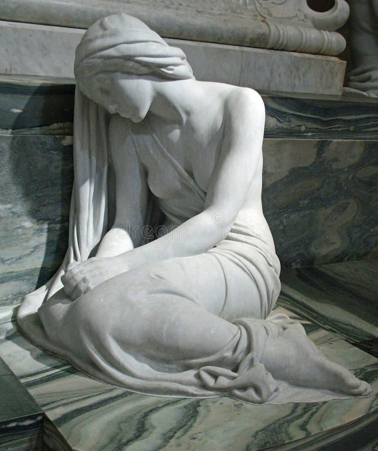 Staty av sorgen på den Roskilde domkyrkan royaltyfria foton