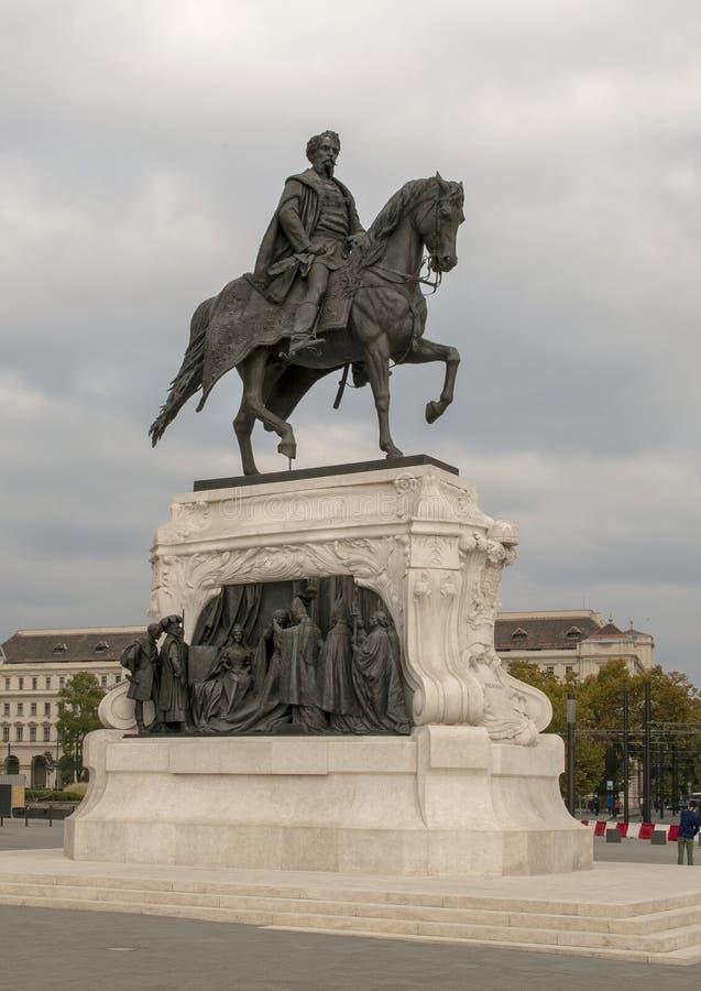 Staty av ssy främst för räkningsGyula Andrà ¡ av det södra slutet av den ungerska parlamentbyggnaden, Budapest arkivfoto