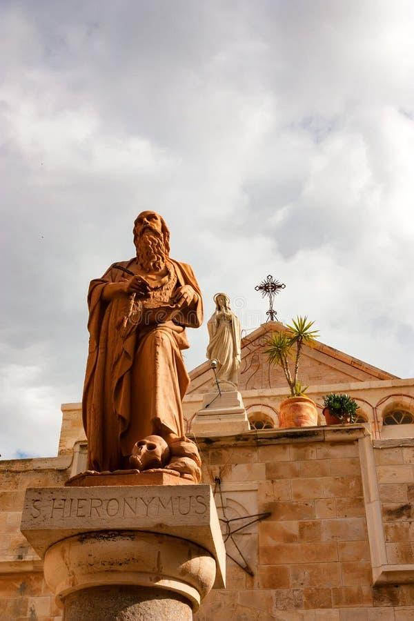 Staty av St Jerome i Betlehem arkivbilder