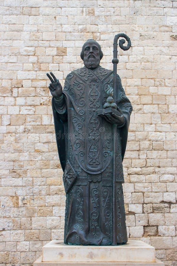 Staty av St Nicholas mot stenväggen i Italien, Bari Italiensk konstmonument Religiöst kulturbegrepp arkivfoton