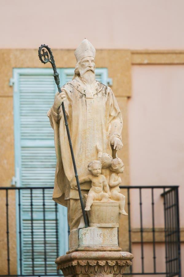 Staty av St Nicholas på domkyrkan av Monaco arkivbilder