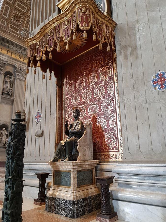 Staty av St Peter i basilikan av St Peter i Vaticanen fotografering för bildbyråer