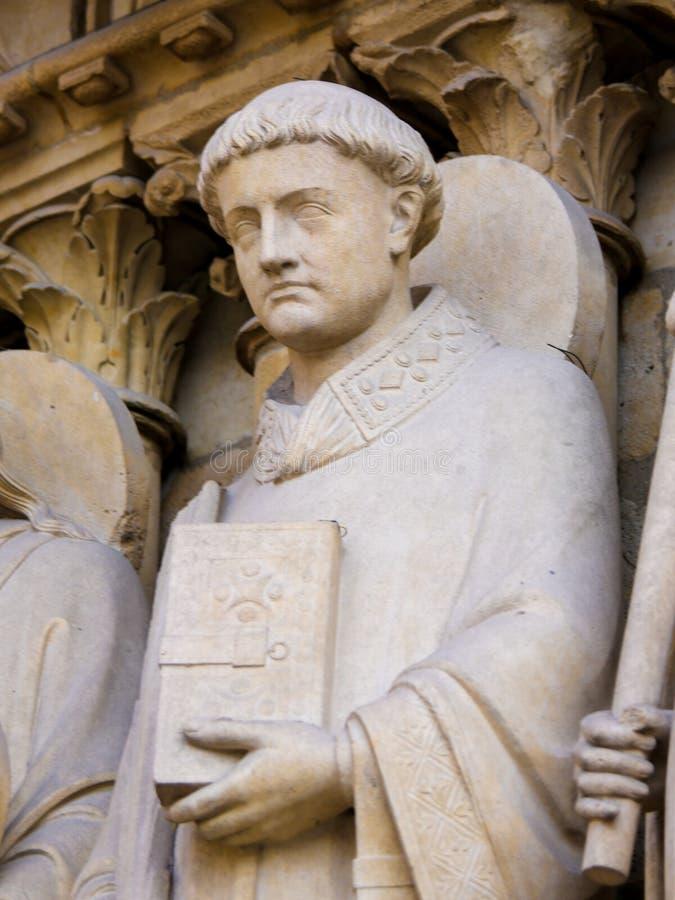 Staty av St Stephen på Notre Dame, Paris arkivbilder