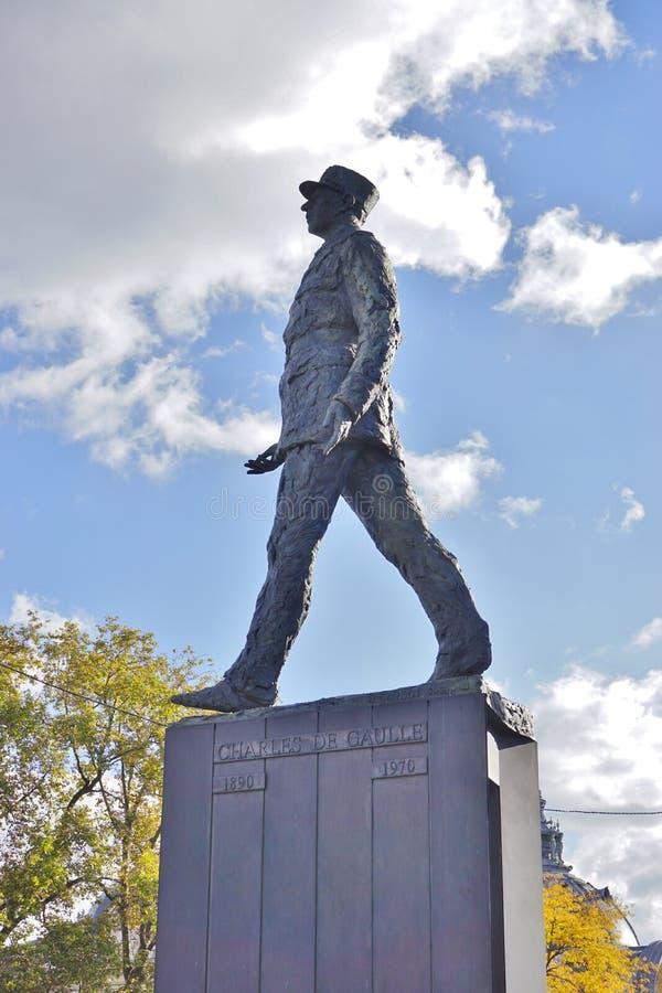 Staty av tidigare fransk presidentgeneral de Gaulle på Champset-Elysees i Paris arkivfoto