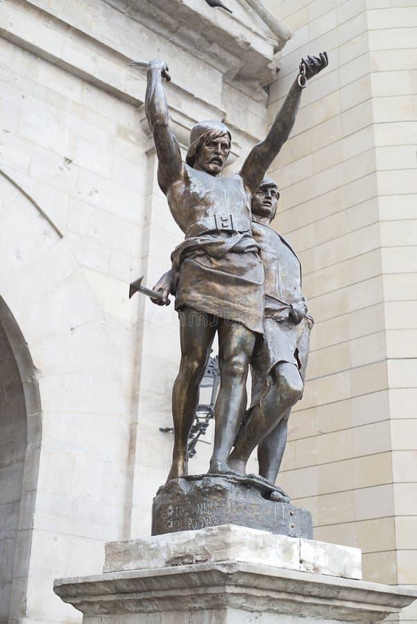 Staty av två krigare i staden av Lleida arkivbilder