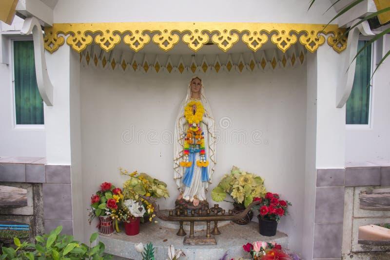 Staty av välsignade jungfruliga Mary förutom kyrkan royaltyfri bild