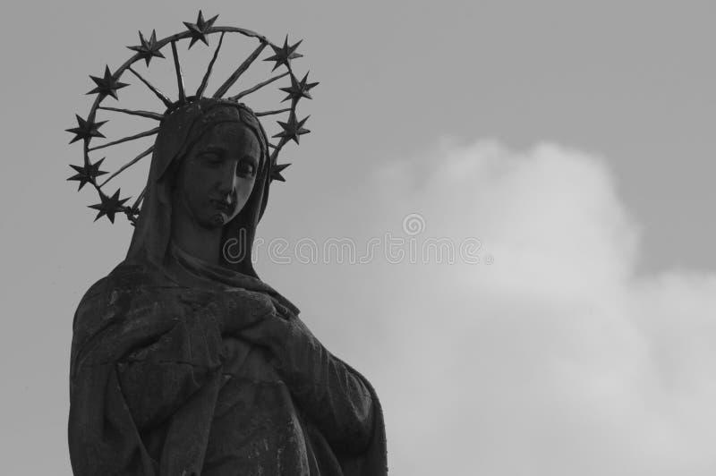 Staty av v?r dam Mariensaule royaltyfri bild