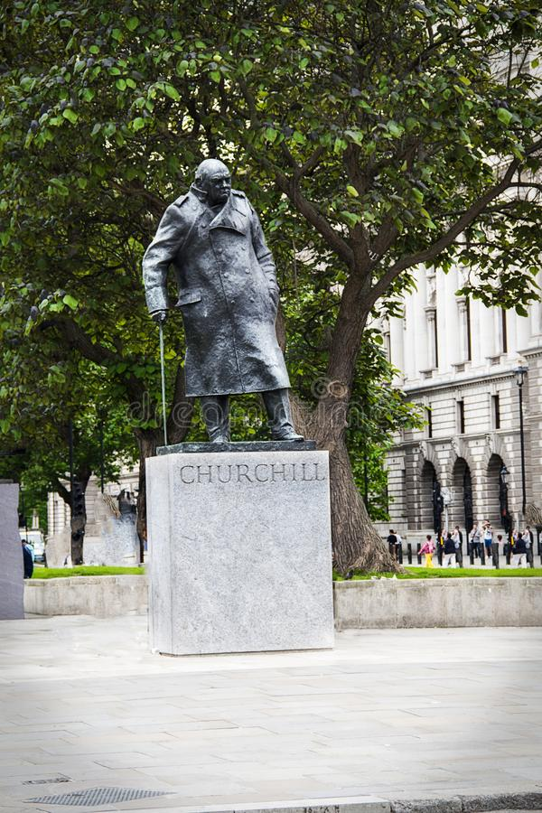 Staty av Winston Churchill i Parliament Square London England fotografering för bildbyråer