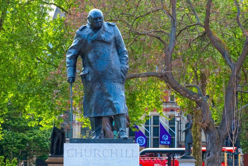 Staty av Winston Churchill på Parliament Square i London, UK royaltyfri foto