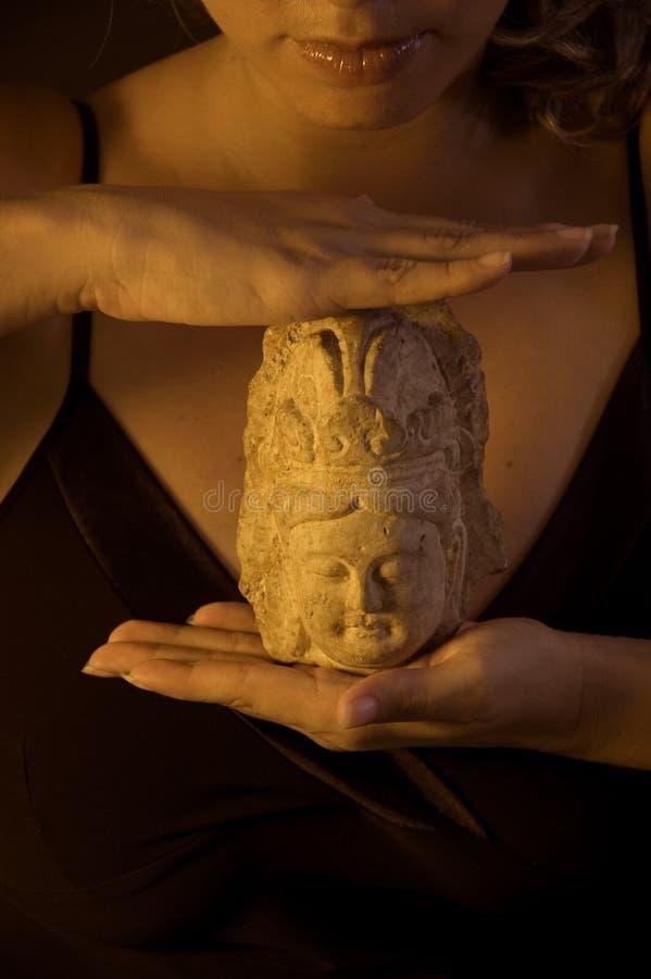 staty för buddha flickaholding royaltyfri foto