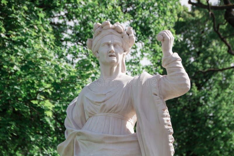 Staty för gammal kvinna för marmor i Peterhof arkivfoto