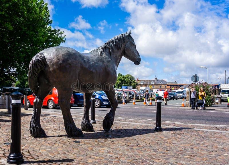 Staty för grevskaphäst på ingången till stadskärnaregenerering av Eldridge Pope Brewery Site, Dorchester royaltyfri fotografi
