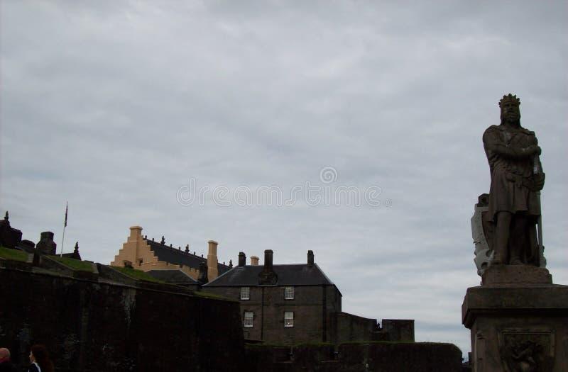 Staty för konung` s framme av den stirling slotten arkivbild