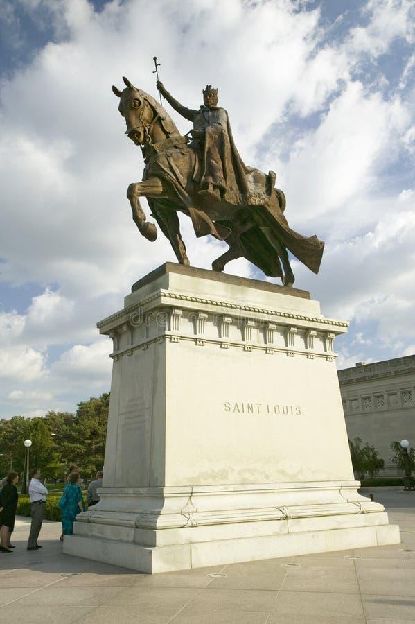 Staty för korsfararekonung Louis IX framme av den Sanka Louis Art Museum i Forest Park, St Louis, Missouri royaltyfri foto