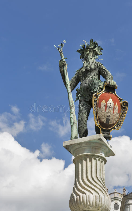 Staty för lös man nära bruttona Festspielhaus i Salzburg, Österrike arkivbild