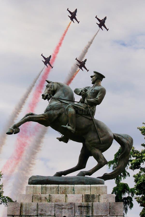 Staty för monument för Atatà ¼rk av heder med det aerobatic laget för turkiska stjärnor i Samsun på Maj 19 royaltyfria bilder